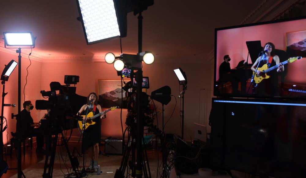 Le salon de la résidence transformé en studio de TV.