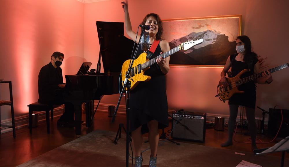 Eliane et son band interprètent des chansons dans les quatre langues nationales ainsi qu'une adpatation jazz.
