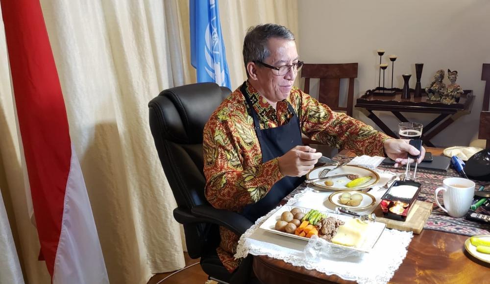 Plusieurs chefs de Mission, ici l'Indonésien, ont joué le jeu et dégusté une raclette derrière leur écran.