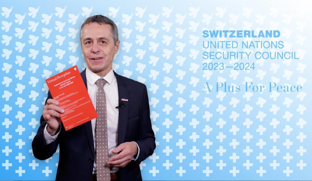 Ignazio Cassis, ministre des affaires étrangères, présente la brochure de candidature.