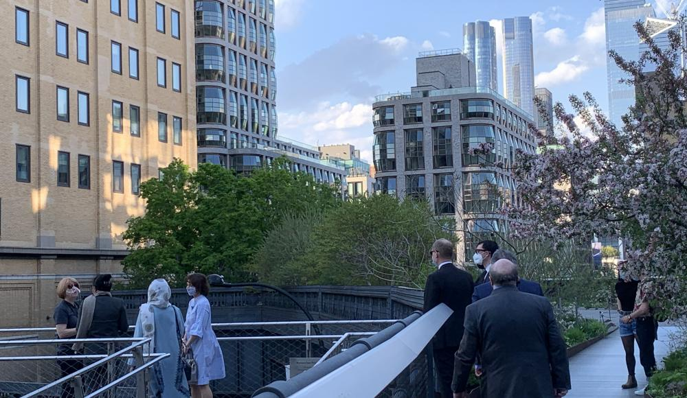 The guests listen to the story of the former subway line, turned into an urban park in 2009.