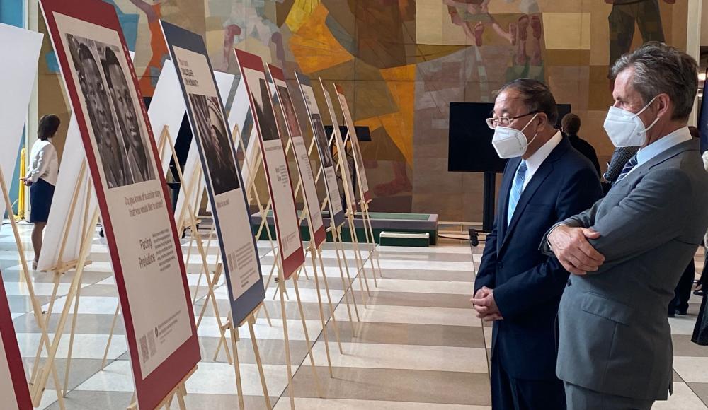 The Permanent Representatives of China and Liechtenstein walk through the exhibition.